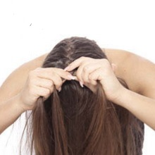Начало плетения французской косы снизу вверх