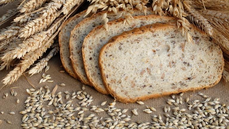 Нарезанный хлеб с колосками
