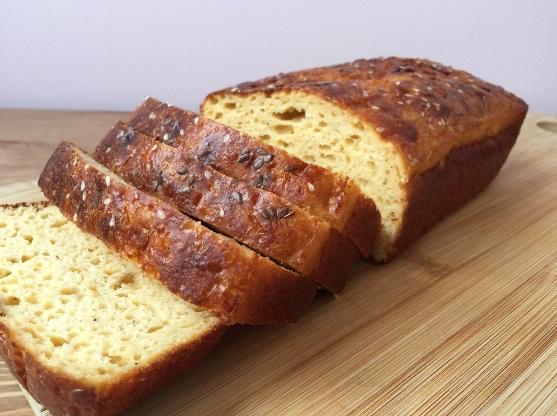 Нарезанный хлеб с коричневой корочкой