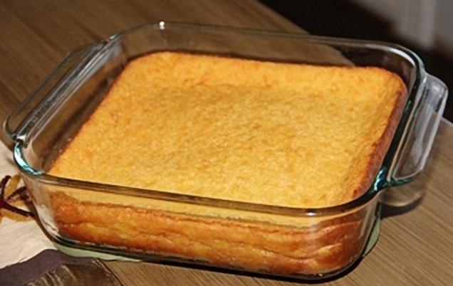 Готовый хлеб в стеклянной прямоугольной форме для запекания