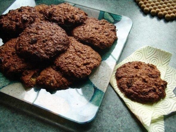 Лепёшки с какао на квадратной тарелке и салфетке