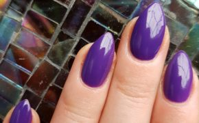 Глянцевый фиолетовый маникюр