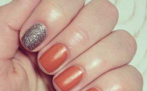 Оранжевый маникюр с серебристым указательным пальцем
