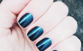 Перламутровый синий маникюр