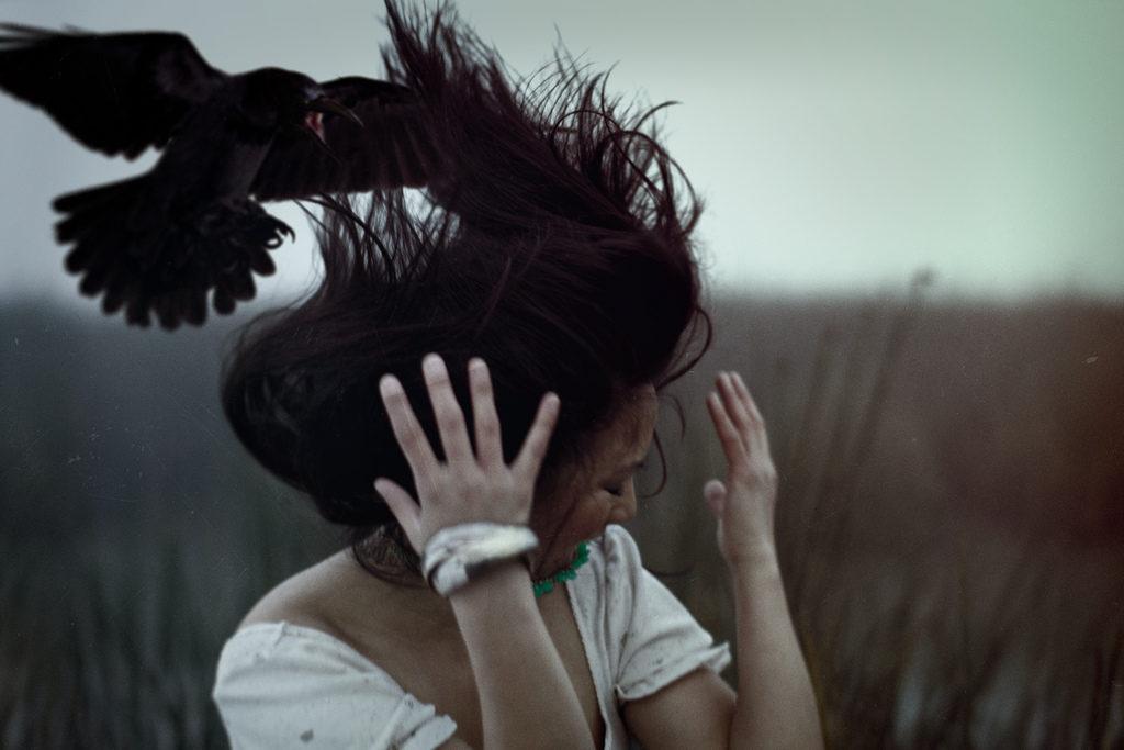 Ворона нападает на девушку