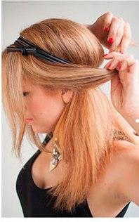 Девушка заворачивает боковые пряди волос назад