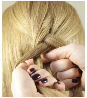 Перекидывание средней пряди в плетении обратной французской косы