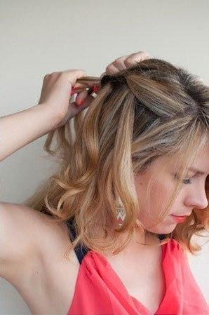 Девушка заплетает себе французскую косу