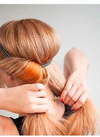 Девушка продевает прядь волос через повязку