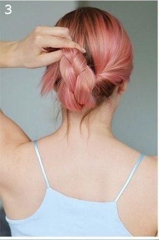 Девушка заворачивает косу внутрь хвоста