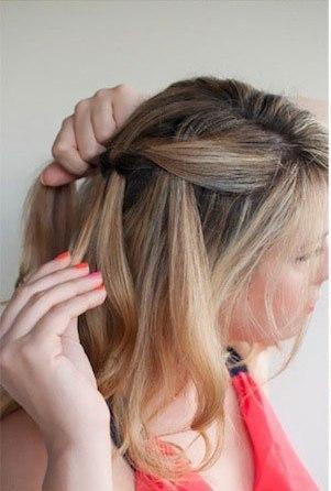 Девушка заплетает косу водопад