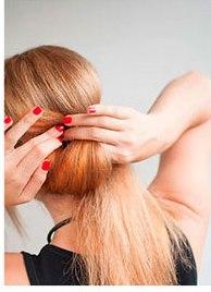 Девушка делает греческую причёску