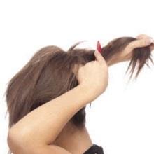 Девушка начёсывает хвост
