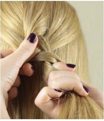 Проведение средней пряди поверх крайней правой при плетении обратной французской косы