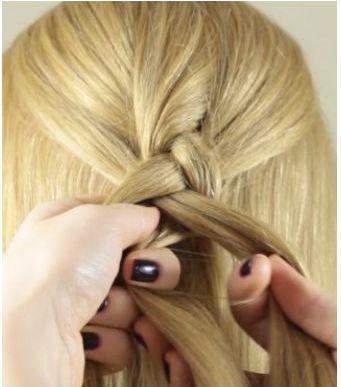 Плетение французской косы: зажатые пальцами левой руки левая и средняя пряди