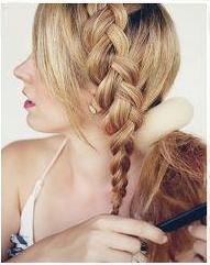 Девушка начёсывает волосы