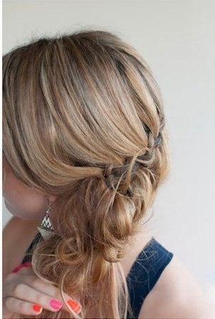 Девушка начёсывает волосы в хвосте