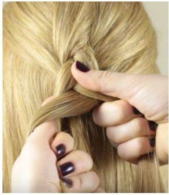 Проведение средней пряди поверх крайней левой при плетении обратной французской косы