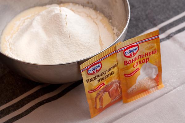 миска с тестом для сырников и сахар с разрыхлителем