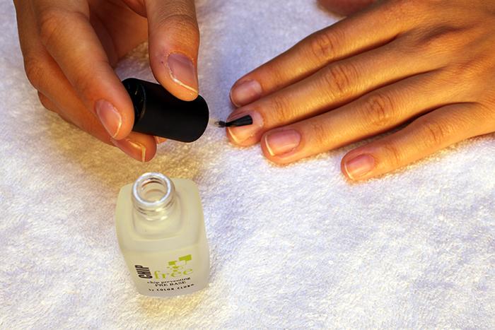 наносим базовое покрытие на всю ногтевую пластину
