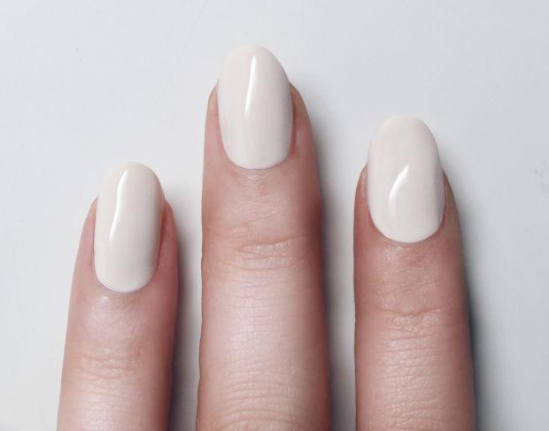 белый лак на ногтях