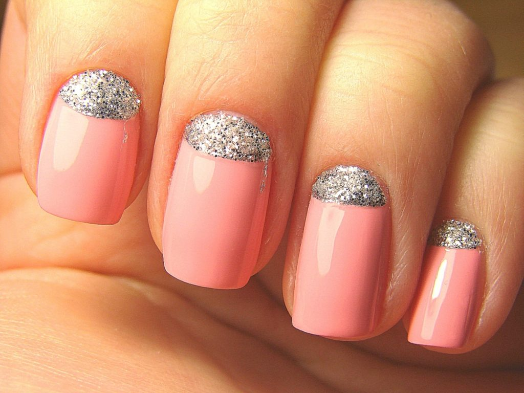 розовый лак для ногтей и серебряный глиттер