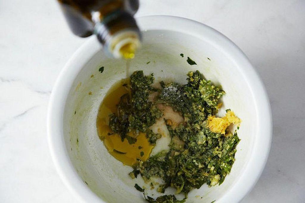 базилик, чеснок и масло в ступке