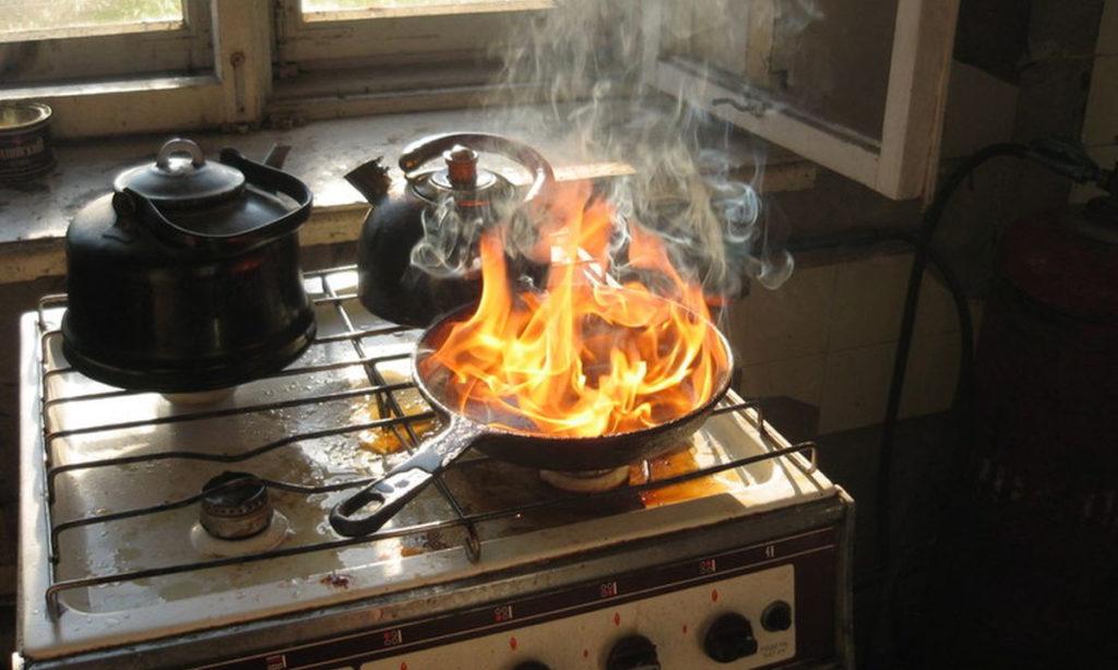 Горящая сковородка на плите