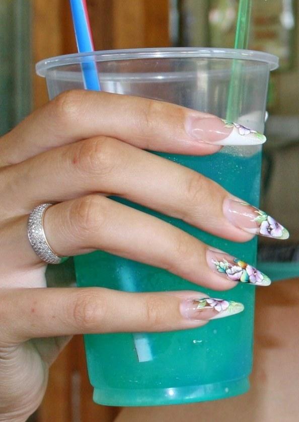 Акриловое наращивание на ногтях девушки