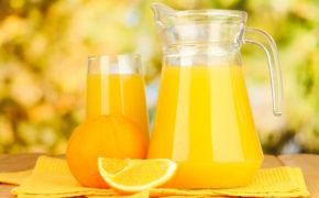 Апельсиновый сок в прозрачном кувшине и бокале