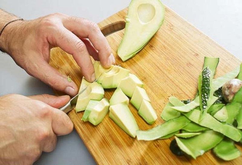 Авокадо режут кусочками