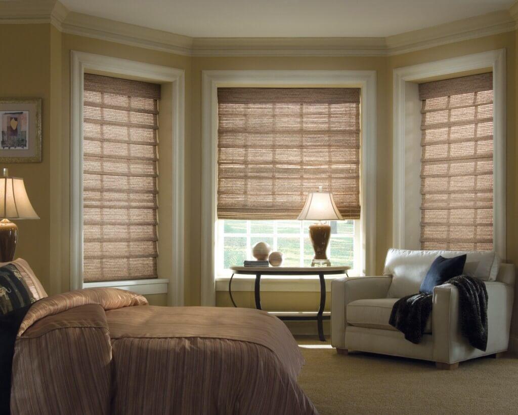 Римские шторы из бамбукового волокна в спальной комнате