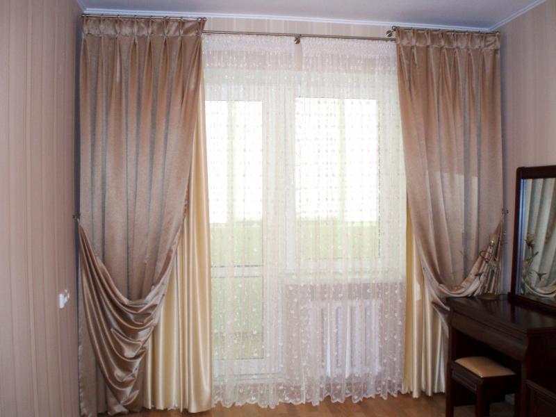 Белый, кофейный и персиковый цвета в оформлении окна спальни