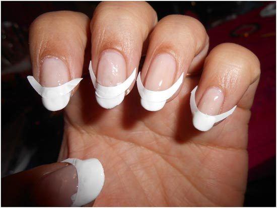 Белый лак на кончиках ногтей