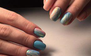 Бежево-голубое сочетание красок в маникюре «битое стекло»