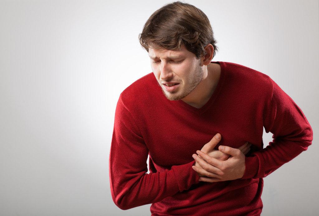 Мужчина страдает от боли в сердце