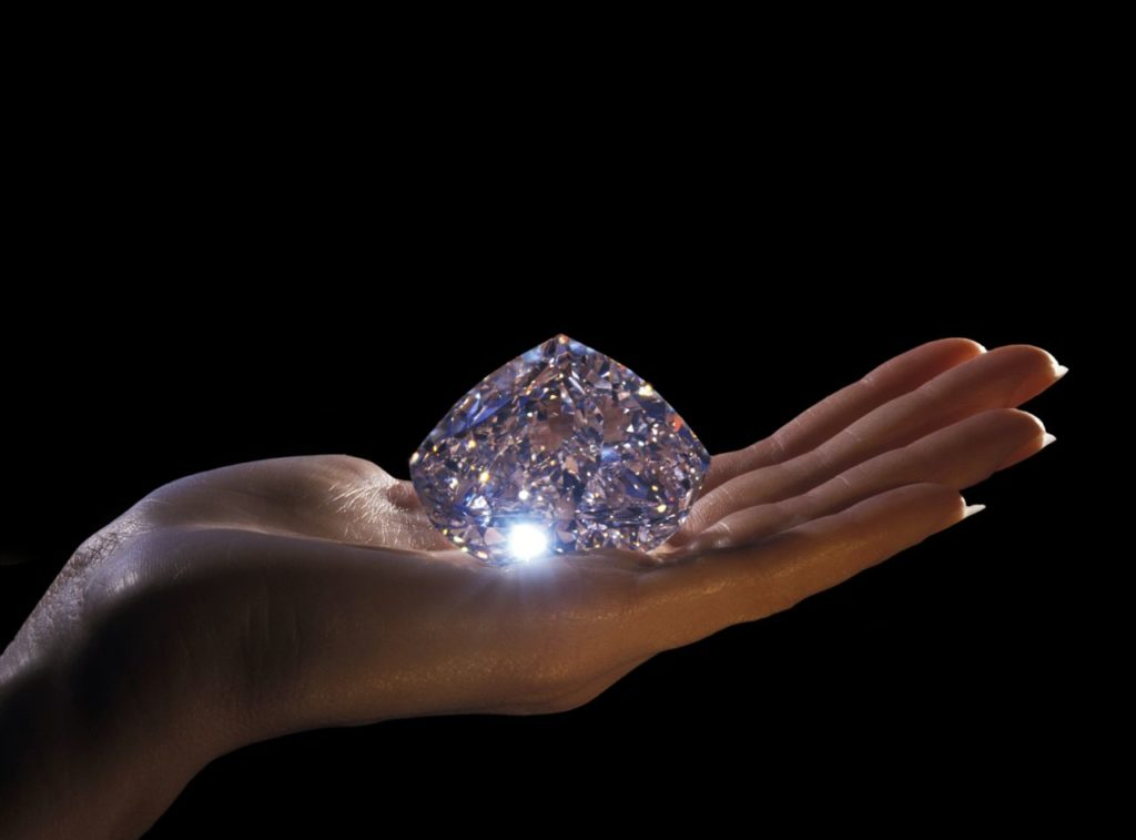 Большой бриллиант на ладони