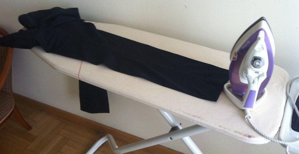 Одна штанина брюк на гладильной доске