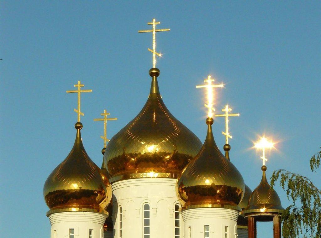 Церковь с блестящими куполами