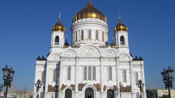 Большая белая церковь с золотыми куполами