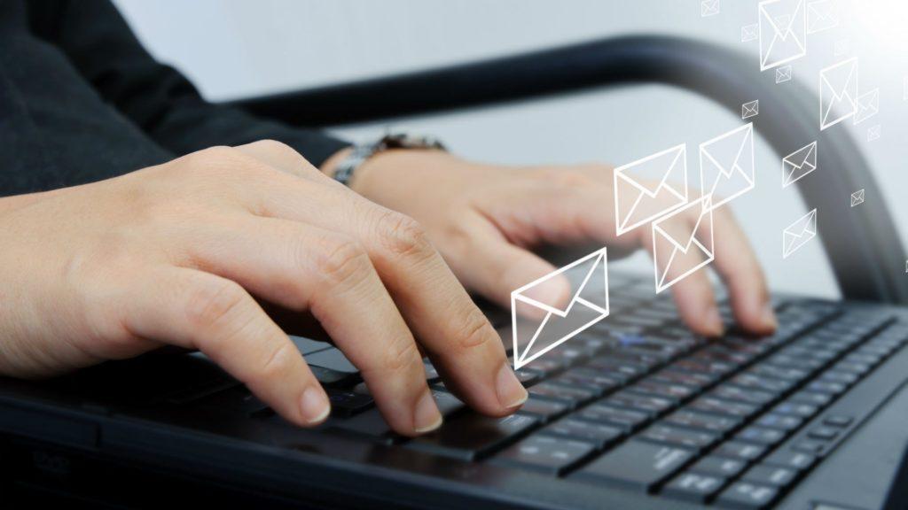 Человек пишет электронное письмо