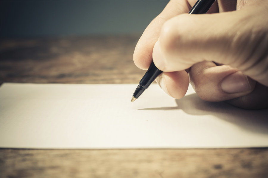 Человек пишет письмо