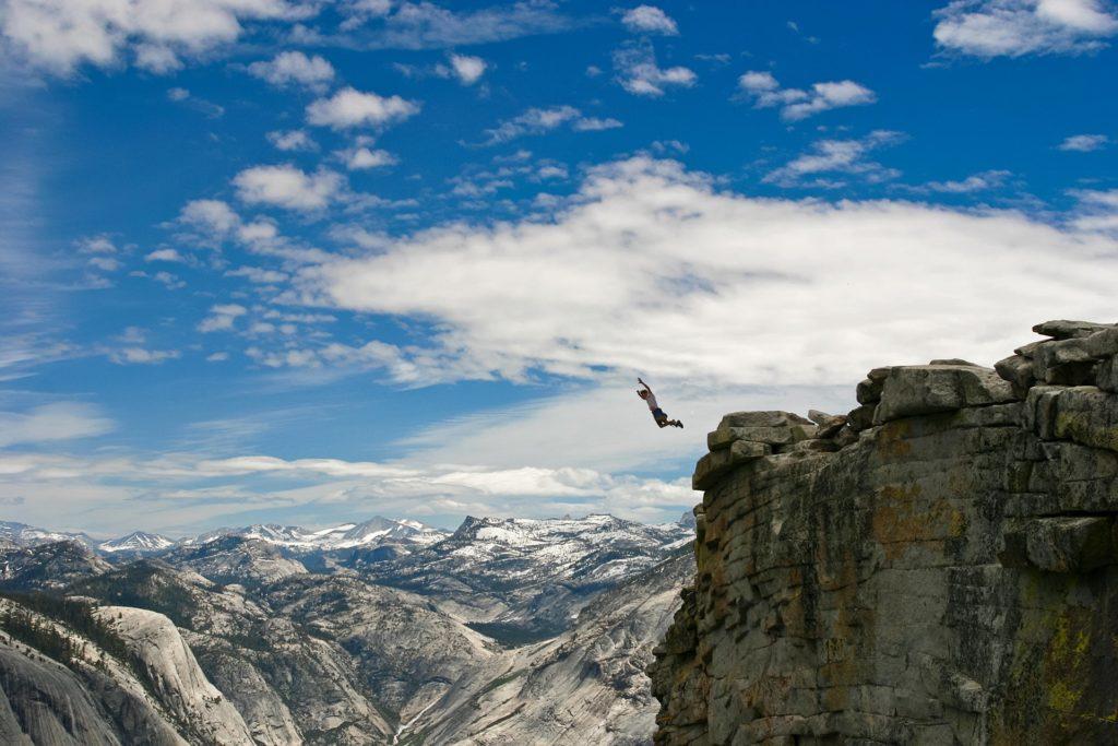 Человек прыгнул с горы