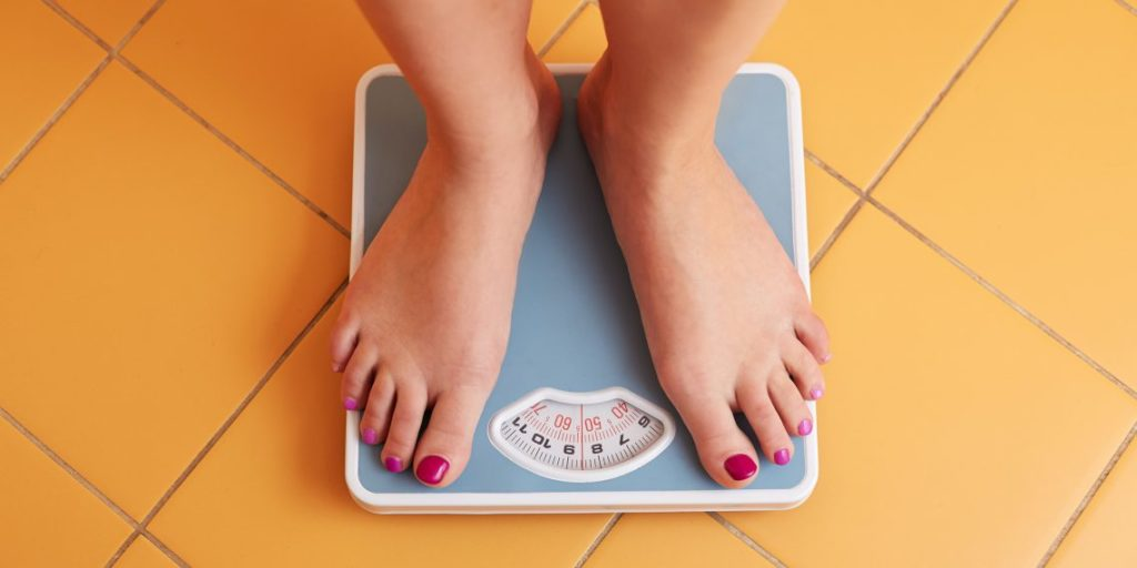 Девушка встала на весы
