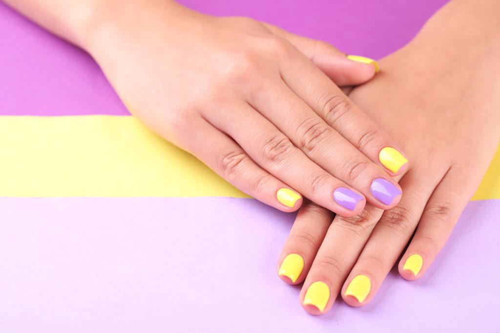 Маникюр в голубом и жёлтом цветах