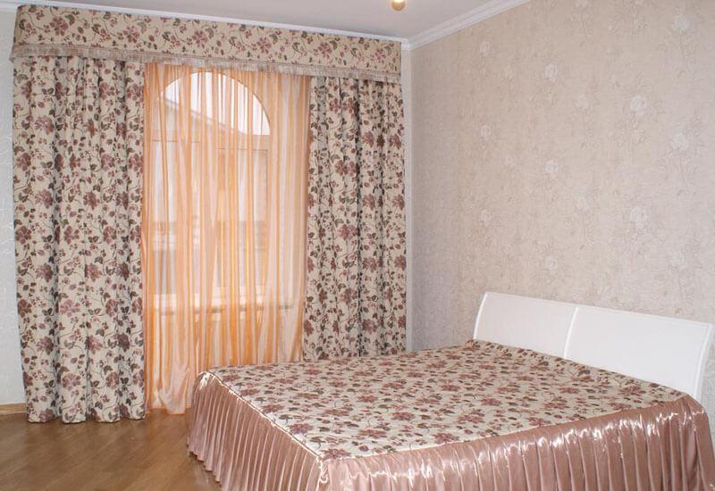 Цветочный рисунок на шторах в розовой спальне