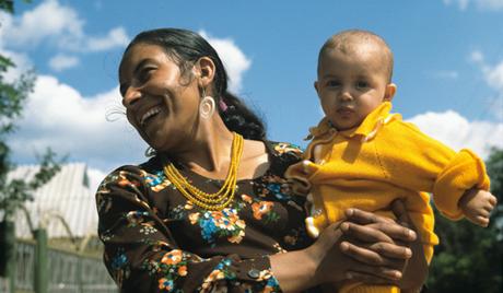 Цыганка с ребёнком на руках