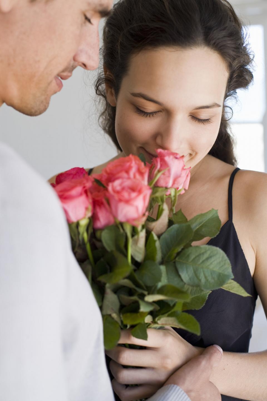 Картинка мужчина дарит розы девушке