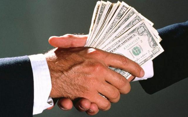 Деньги передают из рук в руки