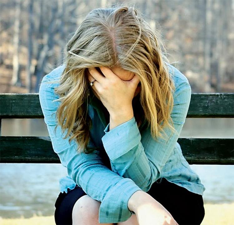 Девушка страдает от депрессии